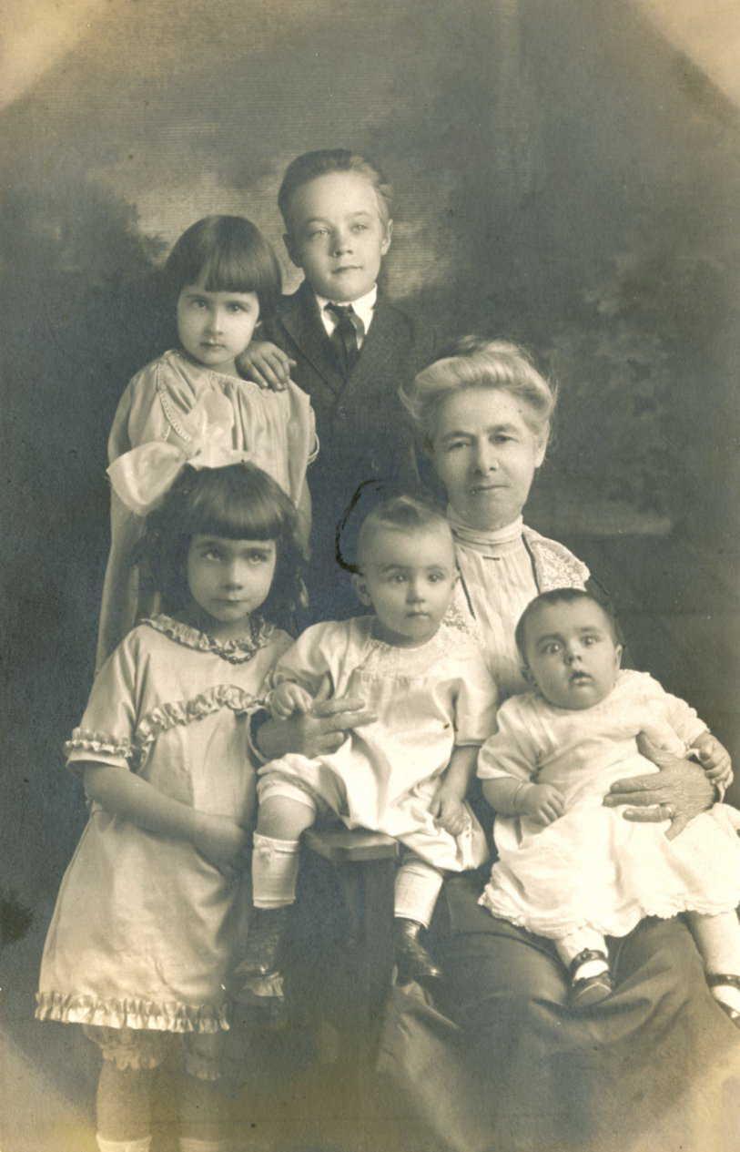 Margaret Ragsdale Caple with grandchildren in 1923